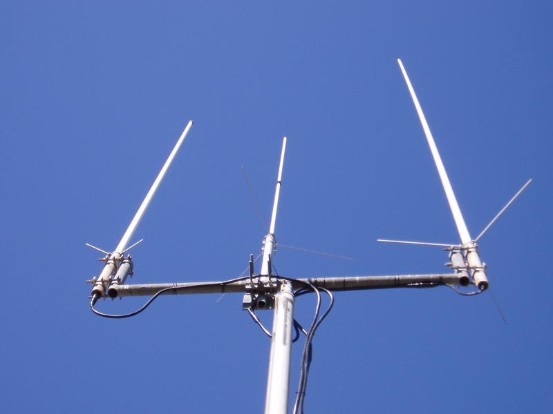 Tower 2m/440/23cm Comet GP-98 antenna (center)